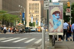 "La obra ""Blue Lady"" de Parkerday para la campaña ""Art In Ad Places""."