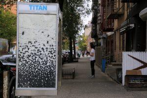"""La obra """"Dandelion"""" de Beyon Wren Moor para la campaña """"Art In Ad Places""""."""